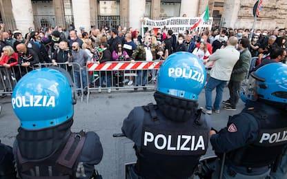 """Strade blindate a Roma, 200 manifestano in centro: """"Virus è un trucco"""""""