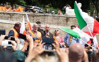 Gilet arancioni a Roma, poche mascherine e in piazza non distanziati