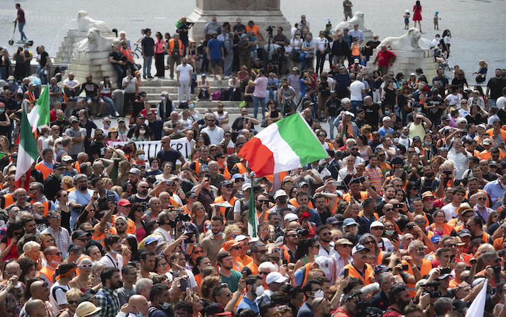 Protest movement of the Orange Gilet during the demonstration on the Italian Feast of Republic in Rome, 2 June 2020. ANSA/CLAUDIO PERI
