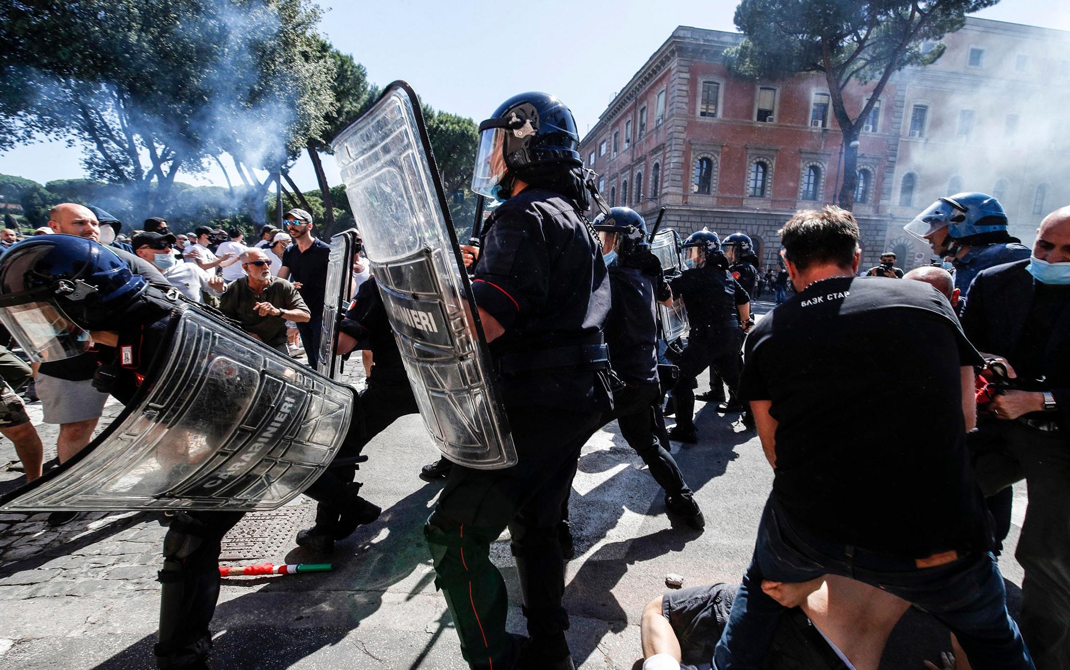 Momenti di tensione durante la manifestazione di Forza Nuova e gruppi di ultrà al Circo Massimo a Roma, 6 giugno 2020.  ANSA/GIUSEPPE LAMI