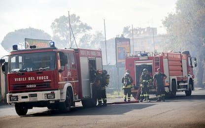 Roma, incendio al Parco degli Acquedotti in zona Quadraro