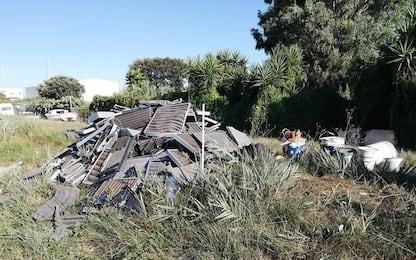 Catania, abbandona rifiuti in discarica abusiva: multato