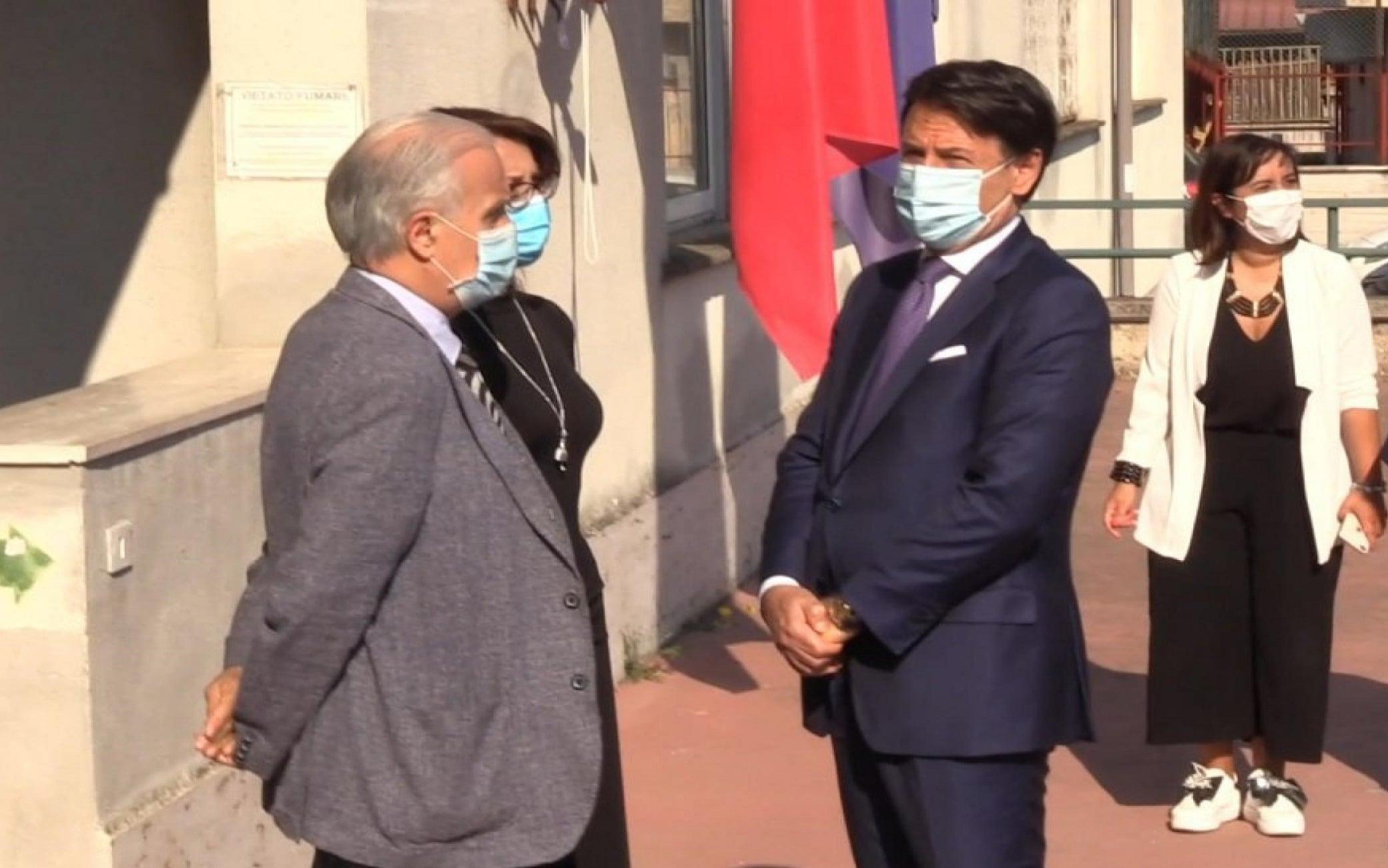 Un fermo immagine tratto da un video di Alenews mostra la visita a sorpresa del premier Giuseppe Conte in una scuola della periferia di Roma, 17 settembre 2020.ANSA/ALANEWS