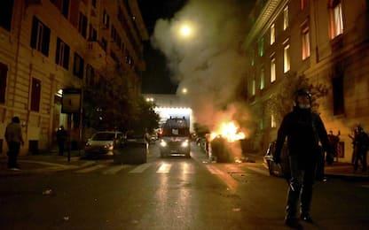 Covid, proteste a Roma: cariche e idranti contro i manifestanti