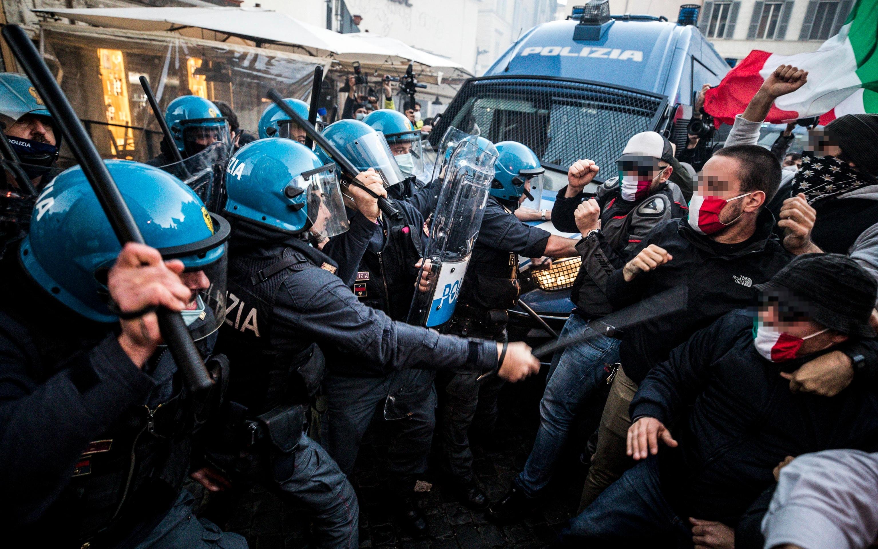 Covid, sit-in a Roma contro chiusure: scontri tra manifestanti e polizia.  VIDEO | Sky TG24
