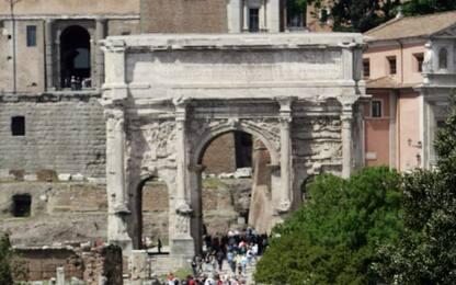 Roma, Colosseo: arco Settimio Severo pulito con batteri