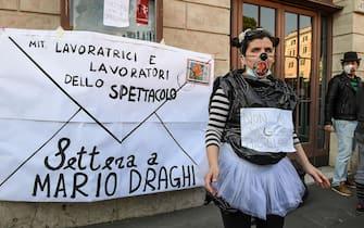 """Un momento della manifestazione nazionale """"Un anno senza eventi"""" davanti al Teatro Argentina, Roma, 23 febbraio 2021.ANSA/ALESSANDRO DI MEO"""