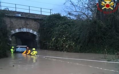 Maltempo a Roma, auto sommersa dall'acqua a Fiumicino: nessun ferito