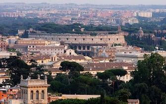2003078 - ROMA - ROMA VISTA DALL'ALTO DI UN MEGA AEROSTATO- Una veduta di Roma, con il Colosseo, dall'alto dell'aerostato 'Aerophile' , il piu' grande pallone vincolato del mondo, con un diametro di 22 metri,  installato a Villa Borghese, per festeggiarne il centenario. DE RENZIS / ANSA/ KLD