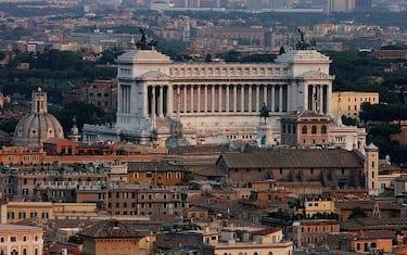 2003078 - ROMA - ROMA VISTA DALL'ALTO DI UN MEGA AEROSTATO- Una veduta di Roma, con l' Altare della Patria, dall'alto dell'aerostato 'Aerophile' , il piu' grande pallone vincolato del mondo, con un diametro di 22 metri,  installato a Villa Borghese, per festeggiarne il centenario. DE RENZIS / ANSA/ KLD