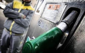 Benzinaio in un distributore
