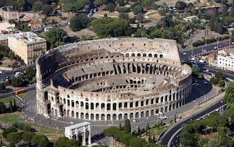 20070625 - ROMA - ACE - NUOVE SETTE MERAVIGLIE: APPELLO MOBILITAZIONE PER COLOSSEO -   Una veduta aerea del Colosseo in un'immagine d'archivio. Nel sondaggio  mondiale il  Colosseo  è risultato tra i primi dieci capolavori più votati. Tra meno di due settimane, i promotori di un vasto sondaggio mondiale proclameranno le 'nuove sette meraviglie' del mondo, ma il Colosseo in lizza insieme ad altre venti opere   rischia di non farcela, hanno ammonito i responsabili dell'iniziativa. ''Senza una mobilitazione degli Italiani per il Colosseo,  le sue possibilita' di figurare nella lista delle Sette Nuove Meraviglie sono molto remote'', ha affermato lo svizzero-canadese Bernard Weber, presidente e fondatore dell'iniziativa 'News7Wonders'.  ETTORE FERRARI-ARCHIVIO / ANSA / BGG