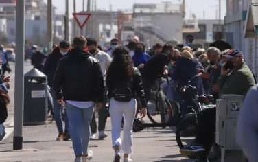 People enjoy sunny day and relax during the last weekend in the red zone, in Ostia, near Rome, Italy, 28 March 2021. Lazio region will return to the orange zone from 30 March. ANSA/EMANUELE VALERI