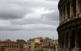 Il cielo carico di nubi a Roma, 26 ottobre 2011. ANSA/MASSIMO PERCOSSI