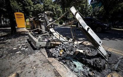 Roma, 6 cassonetti e 12 scooter incendiati nella notte