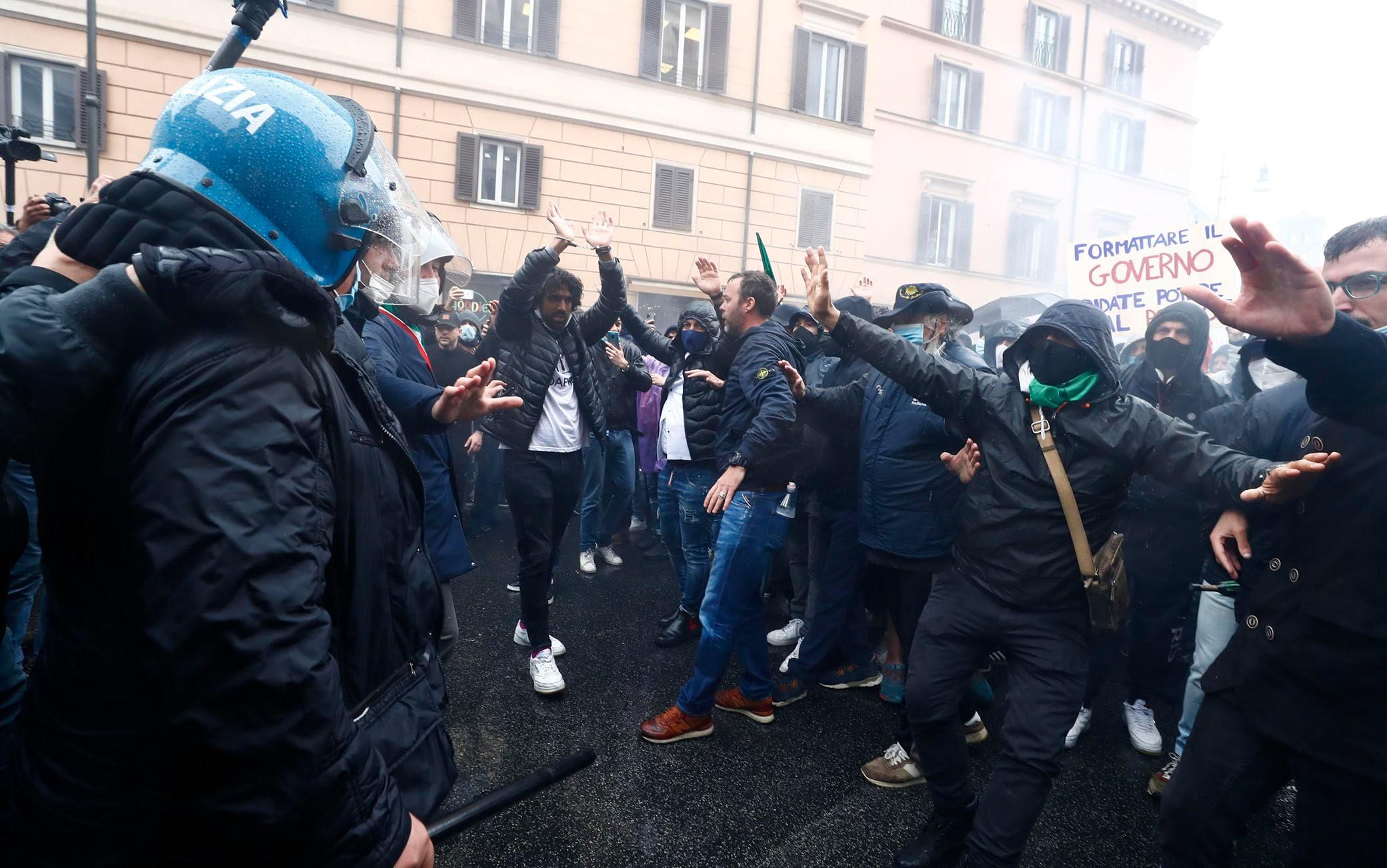 Roma, tensione e scontri con la polizia alla manifestazione