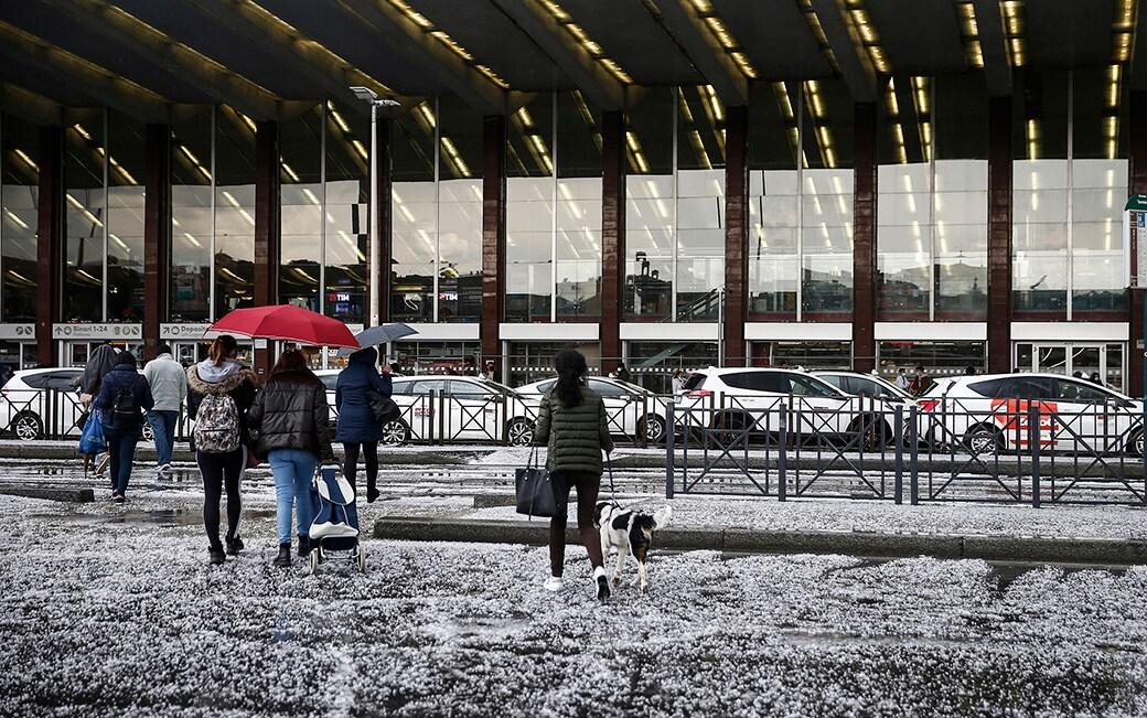 Foto Cecilia Fabiano/ LaPresse 19 Aprile  2021 Roma (Italia)Cronaca  :  Violenta grandinata su Roma   Nella foto : stazione TerminiPhoto Cecilia Fabiano/ LaPresse April 19 , 2021  Roma (Italy) News :Violent hailstorm over RomeIn The Pic : Termini Station