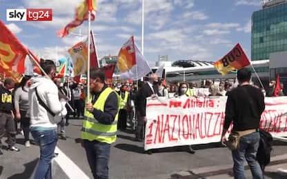 Alitalia, manifestazione dei lavoratori all'aeroporto di Fiumicino