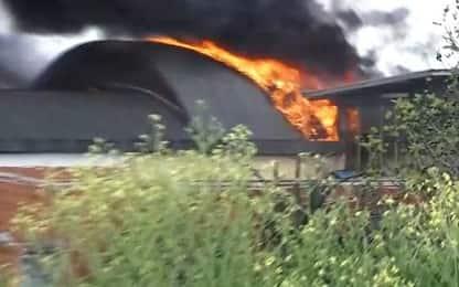 Vasto incendio a Roma, a fuoco capannone in zona Tor Cervara