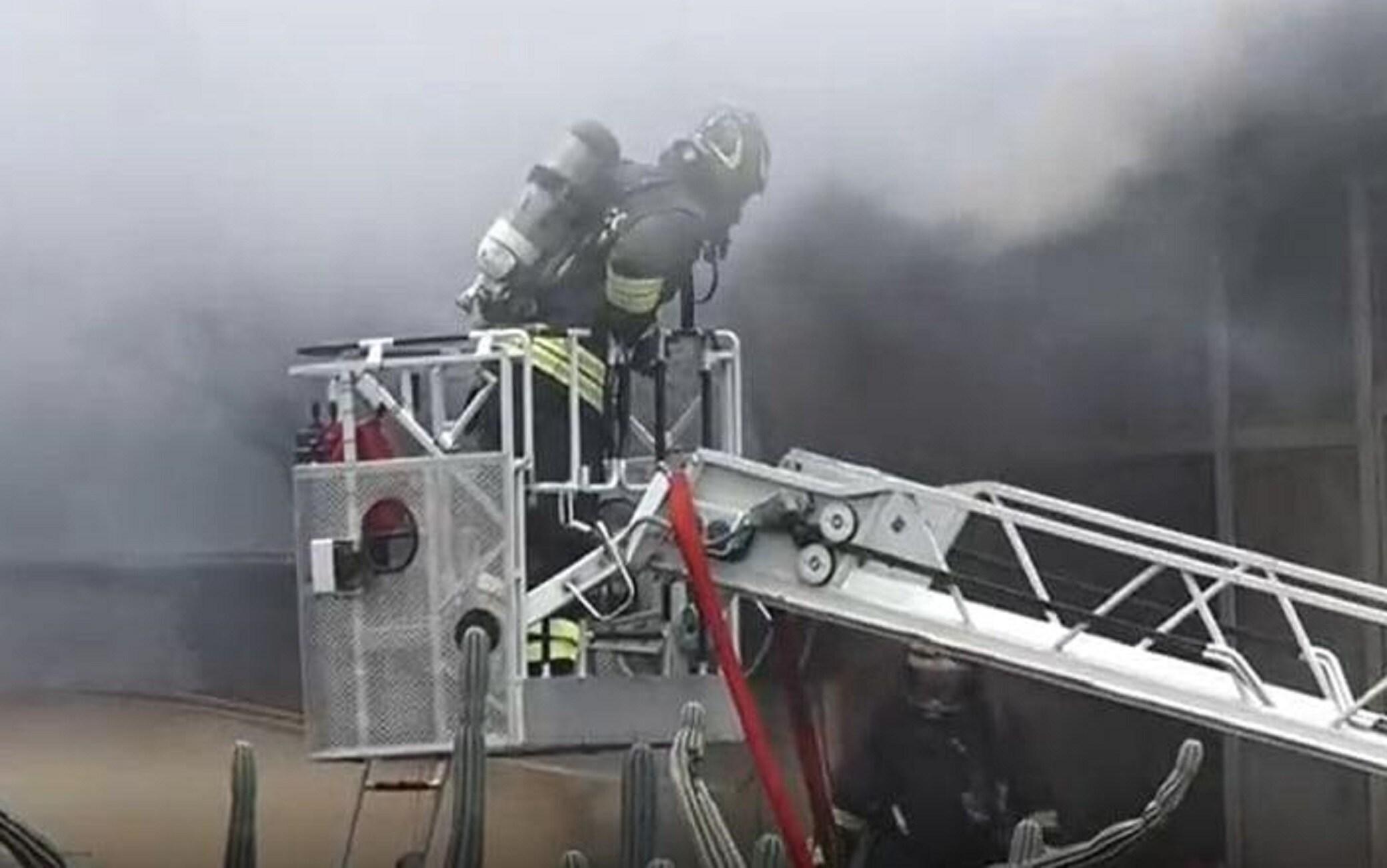 Vigili del fuoco al lavoro in via Licenza