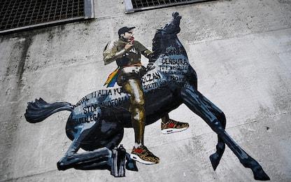 Caso Fedez, davanti a sede tv murales con rapper sul cavallo della Rai