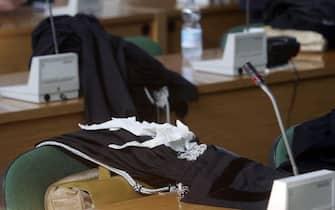 Toghe sui banchi di un'aula di tribunale