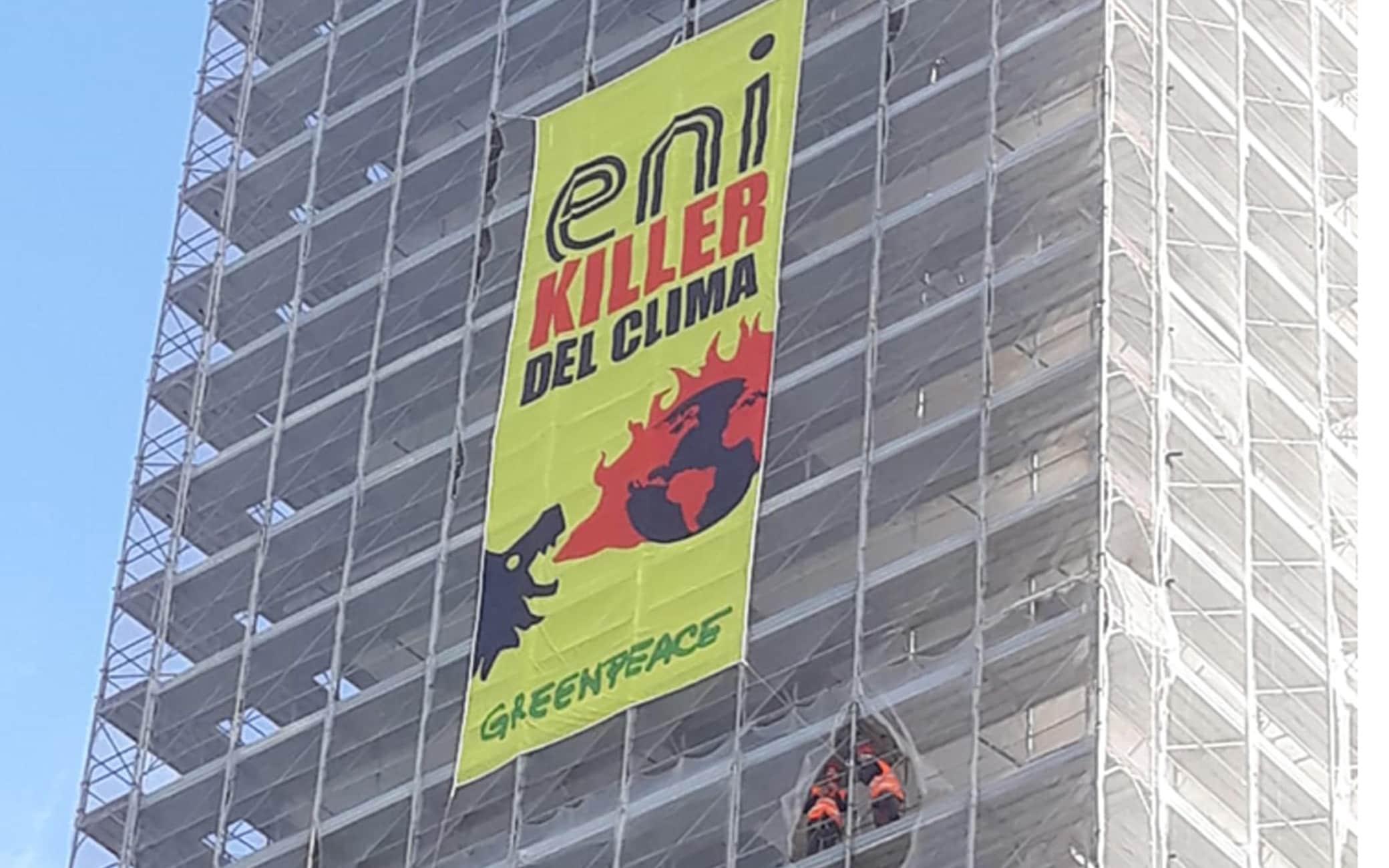 Lo striscione di Greenpeace davanti la sede Eni di Roma