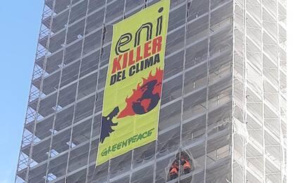 Roma, attivisti di Greenpeace scalano palazzo davanti alla sede Eni