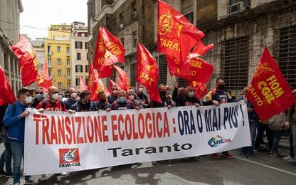 Roma, protesta dei lavoratori Ex Ilva davanti al Mise. VIDEO