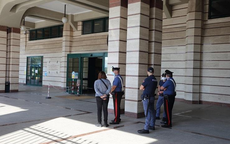 """L'ingresso del tribunale di Frosinone presieduto dalla polizia nel giorno in cui inizia il processo al """"branco"""" che nel settembre scorso pestò a morte Willy Monteiro Duarte, davanti ad un locale di Colleferro, 10 giugno 2021. ANSA/ ANTONIO NARDELLI"""