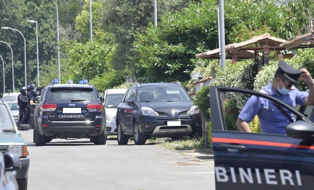 Le forze dell'ordine fuori dalla villetta dove si è barricato il 35enne