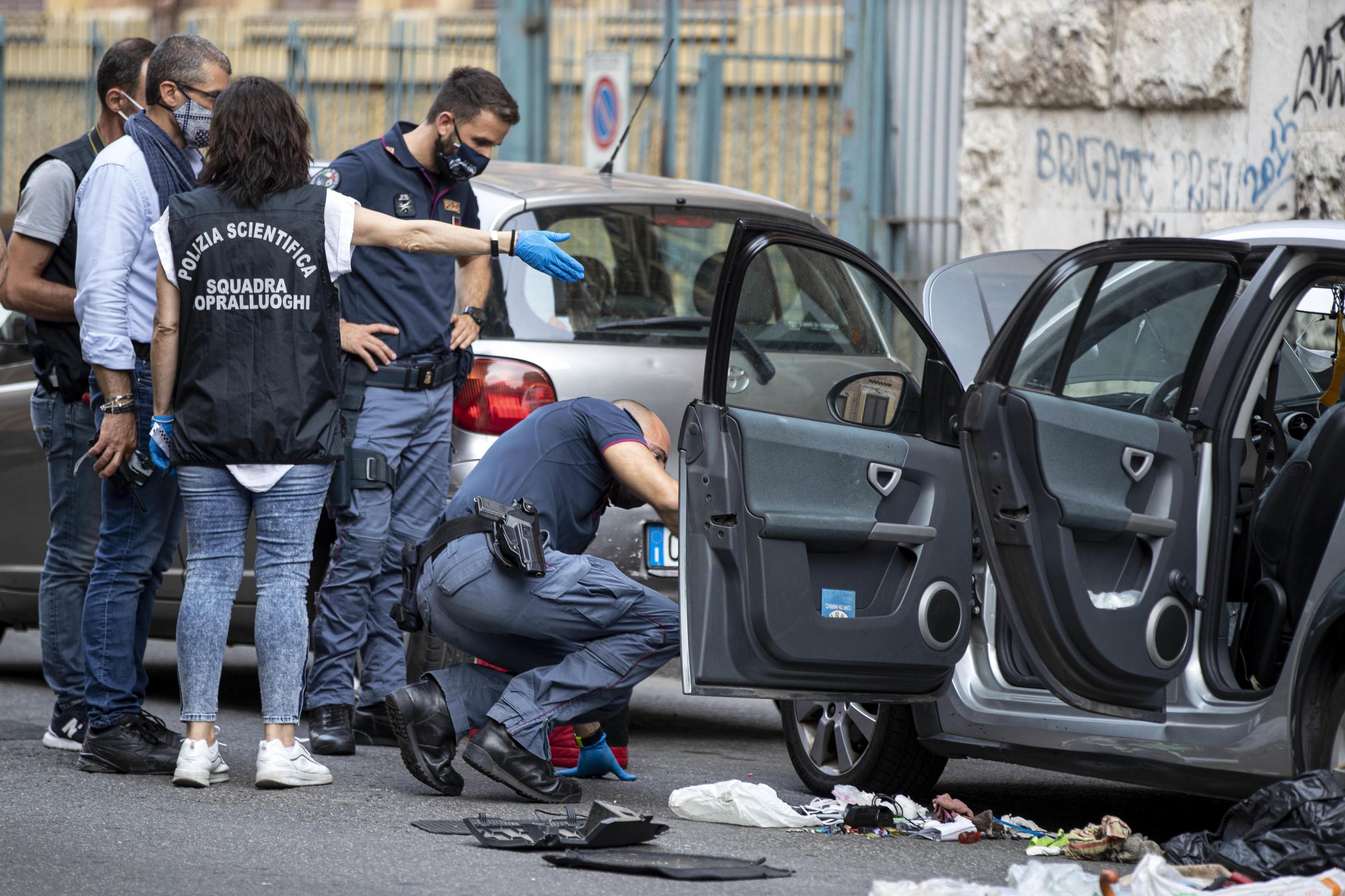 Trovato pacco bomba su un'autovettura in via Tito Speri nel quartiere Prati, polizia scientifica sul posto. Roma 15 giugno 2021 ANSA/MASSIMO PERCOSSI