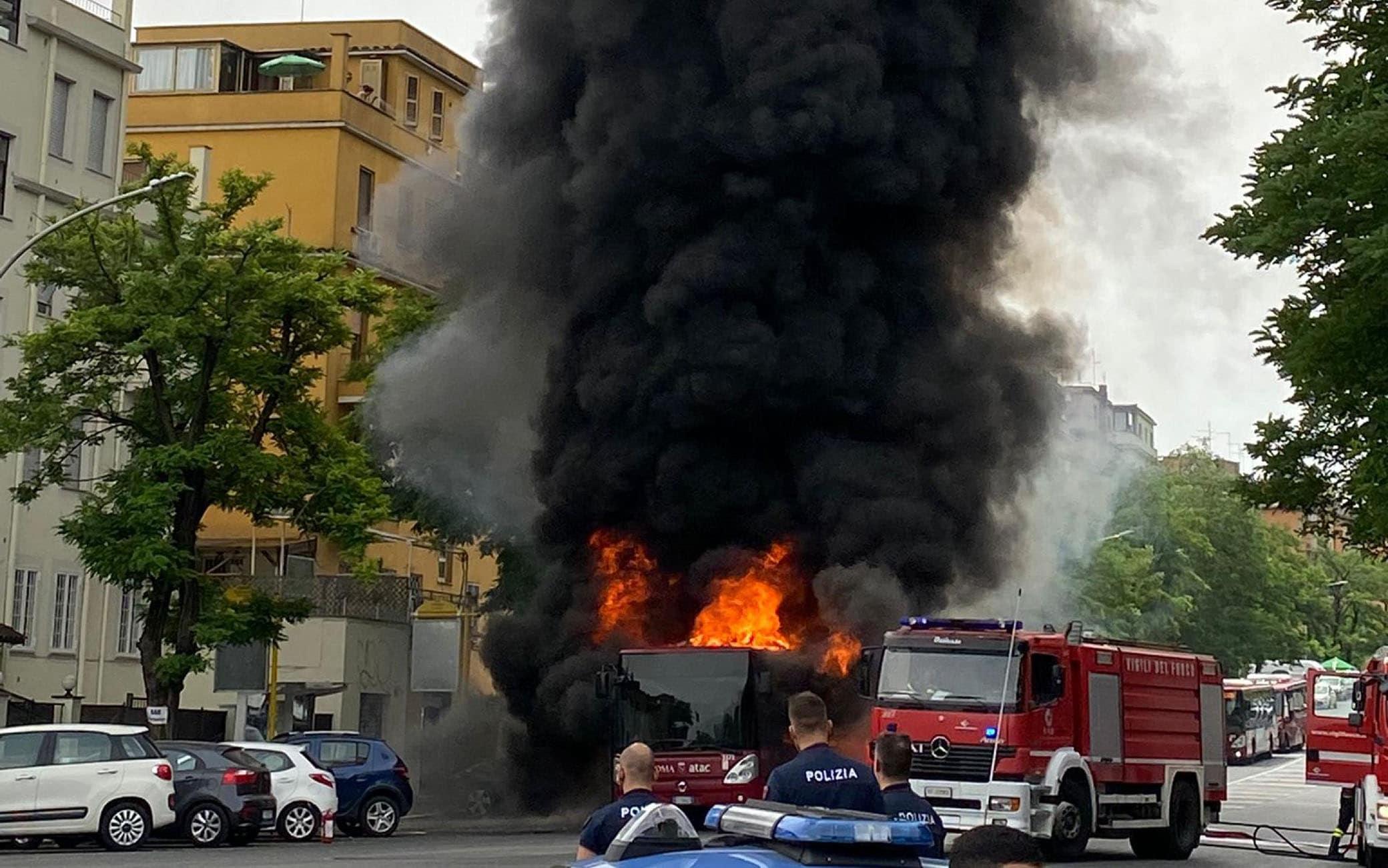 Autobus in fiamme su via Portuense vicino all'ospedale Spallanzani, Roma, 19 giugno 2021. ANSA/ETTORE FERRARI