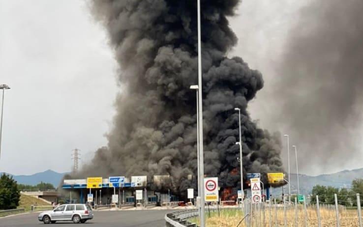 Il casello autostradale dello svincolo di Fiano Romano in fiamme dopo l'incendio di un furgone all'entrata della barriera