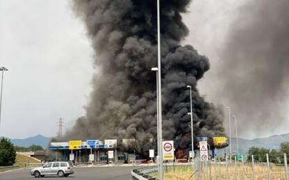 Fiano Romano, a fuoco un casello dopo l'incendio di un furgone