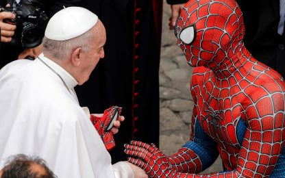 Ragazzo vestito da Spider-Man all'Udienza del Papa in Vaticano. VIDEO