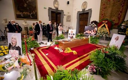 Raffaella Carrà: in centinaia alla camera ardente, domani il funerale