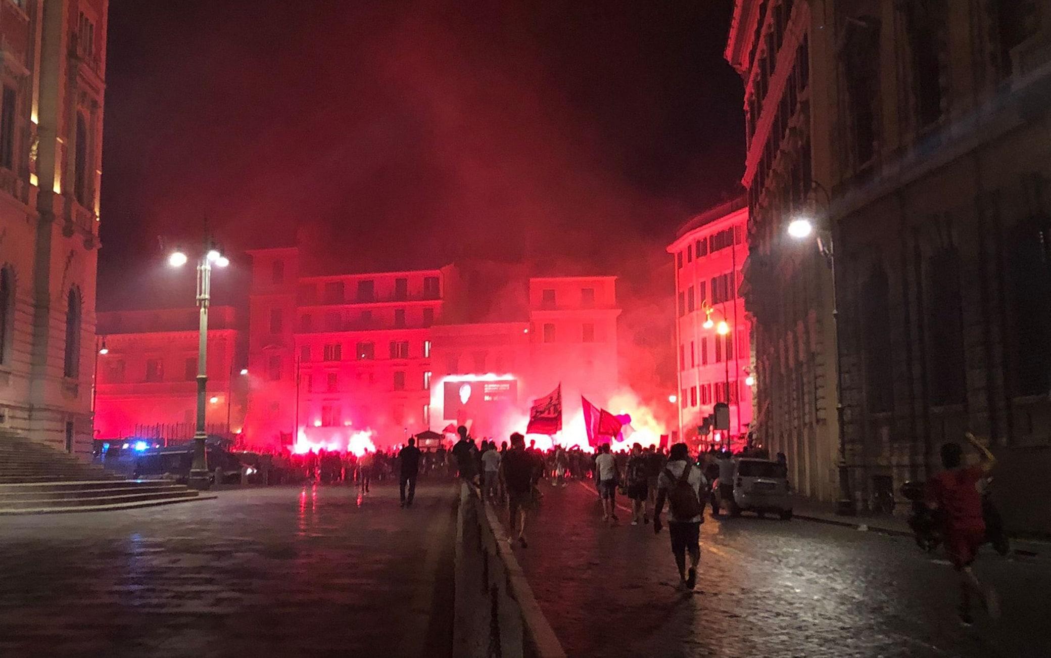 Il  raduno dei tifosi giallorossi tra via del Corso e piazza del Parlamento in centro Roma, 21 luglio 2021. ANSA/Melania Di Giacomo