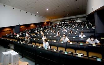 Gli studenti all'interno dell'aula per il test di Medicina all'Universita' Bicocca a Milano, 3 settembre 2021.ANSA/MOURAD BALTI TOUATI