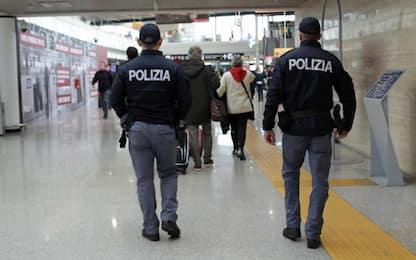 Fiumicino, distraevano i turisti per poi derubarli: due arresti