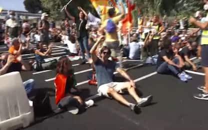 Alitalia, manifestanti bloccano autostrada Roma-Fiumicino