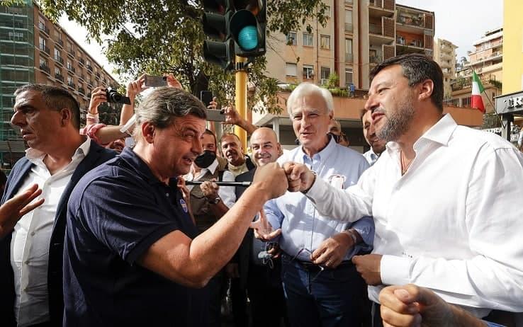 Il saluto col pugno tra Carlo Calenda e Matteo Salvini al mercato di Porta Portese