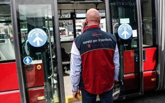 Controllori a bordo dei mezzi Atac, lazienda municipalizzata del trasporto pubblico di Roma, dopo un anno di stop causato dalle restrizioni anti-Covid, 18 maggio 2021. ANSA/FABIO FRUSTACI