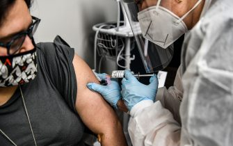 TOPSHOT - Heather Lieberman (L), 28, receives a COVID-19 vaccination from Yaquelin De La Cruz at the Research Centers of America in Hollywood, Florida, on August 13, 2020. (Photo by CHANDAN KHANNA / AFP) (Photo by CHANDAN KHANNA/AFP via Getty Images)