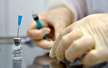 Vaccino, una dose AstraZeneca o Pfizer riduce rischio contagio di 2/3