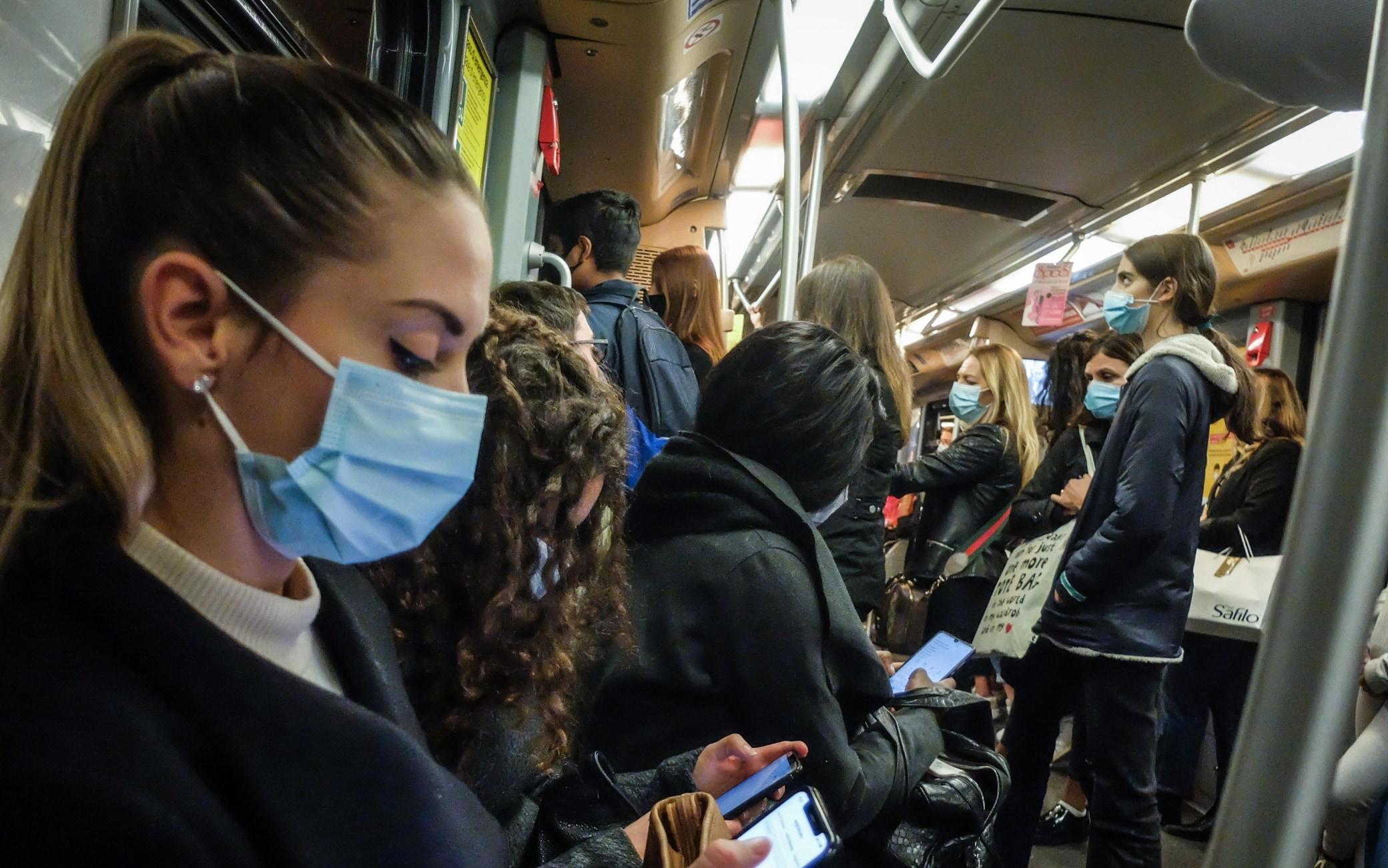 La linea gialla M3 della metro affollata a metà pomeriggio- Passeggeri sui mezzi pubblici a Milano in tempi dicivid e mascherine obbligatorie -  Milano 8 ottobre 2020  Ansa/Matteo Corner