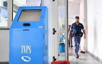 La sede INPS in Corso Giulio Cesare a Torino in cui Iolanda Concetta Candido  si è data fuoco questa mattina,. La donna era stata licenziata lo scorso 13 gennaio da una società multiservizi di Settimo Torinese, Torino, 27 Giugno 2017  ANSA/ALESSANDRO DI MARCO