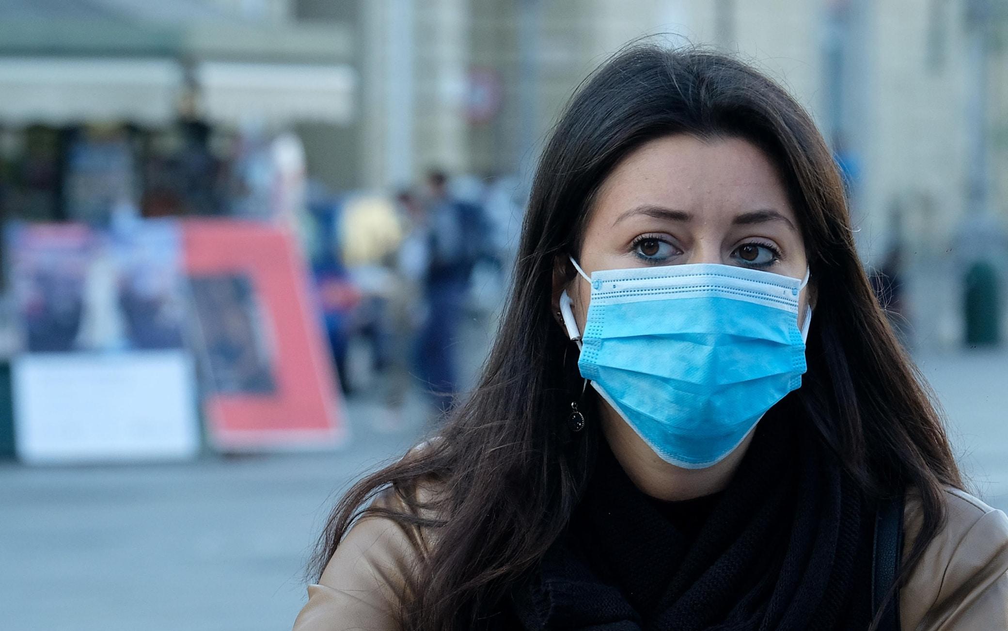 Obbligo di indossare la mascherina chirurgica anche nei luoghi aperti e se rispettata la distanza di sicurezza per l'aumento dei contagi Covid, Torino,, 8 ottobre 2020 ANSA/ ALESSANDRO DI MARCO