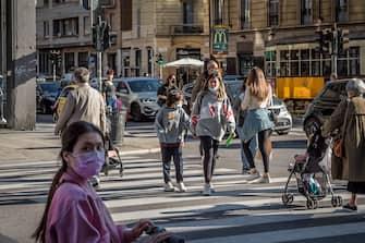 Varie persone a passeggio per la città di Milano