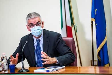 """Covid-19, Brusaferro: """"Dati migliorano ma evitare assembramenti"""""""